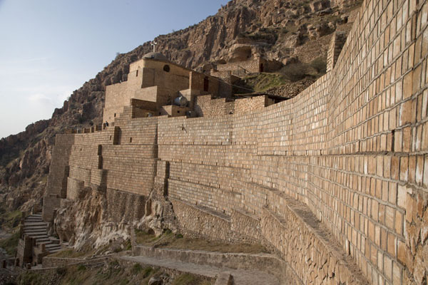 Foto van Side view of the Rabban Hermizd Monastery constructed against the steep slopes of the mountainAl Qosh - Irak