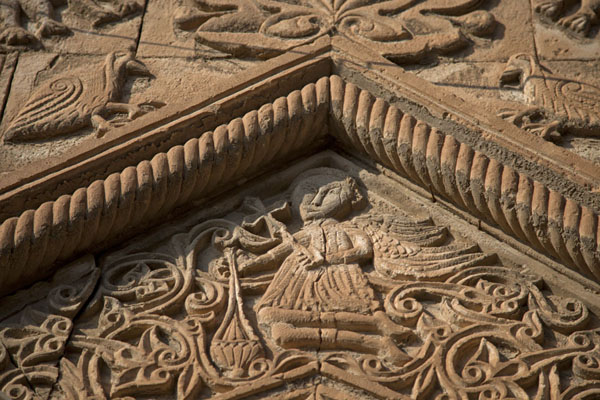 Photo de Intricate stone carvings decorate the door of one of the old houses in Al QoshAl Qosh - Irak