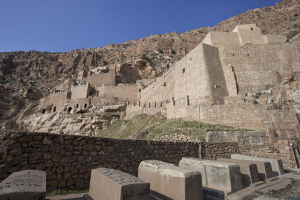 Photo de Looking up the Rabban Hermizd Monastery with a few tombsAl Qosh - Irak
