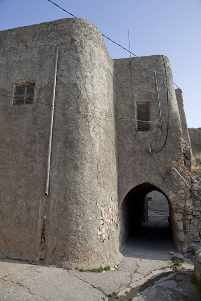 Foto van Old building with gateway in the town of Al QoshAl Qosh - Irak