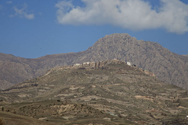 Foto van The town of Amedi with mountains in the backgroundAmedi - Irak