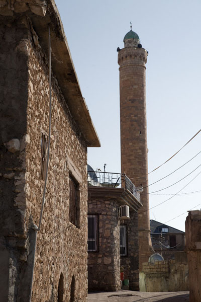 Foto van The minaret of Amedi towering above stone housesAmedi - Irak