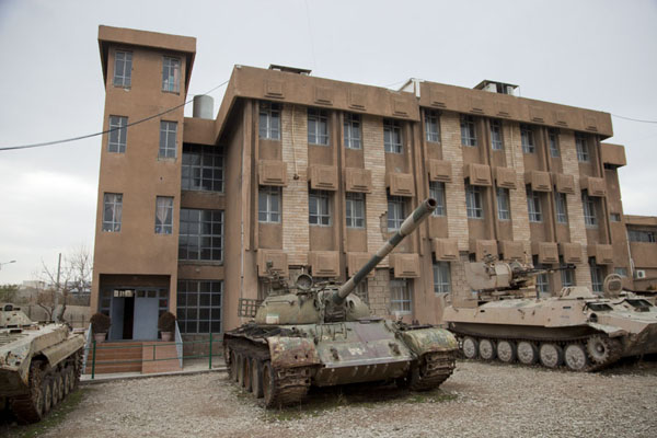 Photo de Irak (Courtyard of Amna Suraka with shelled buildings and rusting tanks)