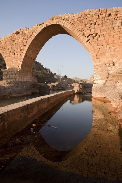 The highest arch of Dalal Bridge reflected in the Khabur river | Dalal brug | Irak