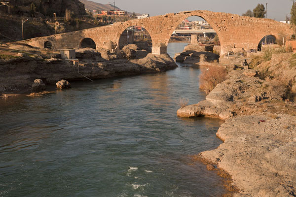 View of Dalal Bridge from a distance | Dalal brug | Irak