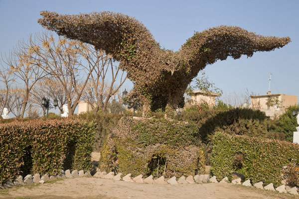 Foto de Shrubbery trimmed in the shape of an eagle in Minaret ParkErbil - Iraq