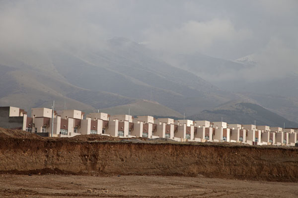 Foto van New buildings on the outskirts of Halabja with mountains in the backgroundHalabja - Irak
