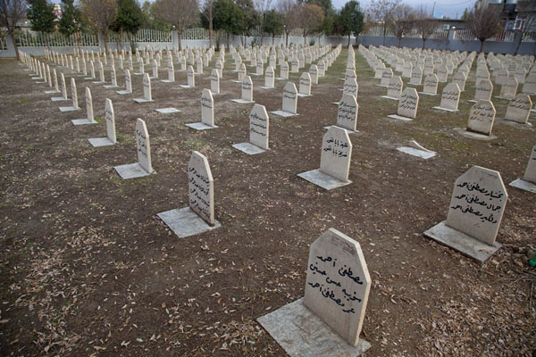 Foto de Part of the cemetery with grave upon grave of the victims of the chemical attacksHalabja - Iraq