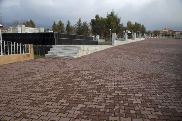 Foto van The main lane in the cemetery of Halabja where the victims of the chemical attack are buriedHalabja - Irak