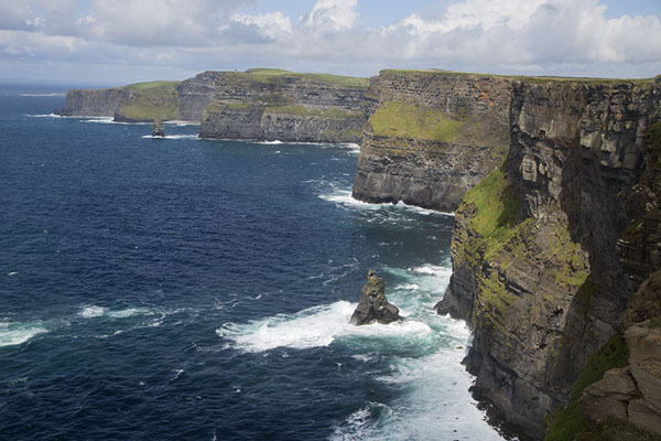 Photo de Panoramic view of the Cliffs of MoherCliffs of Moher - Irlande