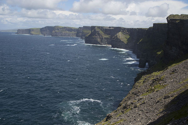 Foto van Looking along the Cliffs of Moher towards the northCliffs of Moher - Ierland