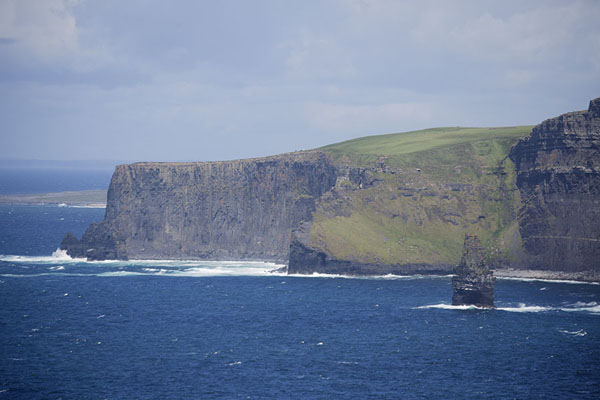 Foto van Part of the Cliffs of Moher with rocky isletCliffs of Moher - Ierland