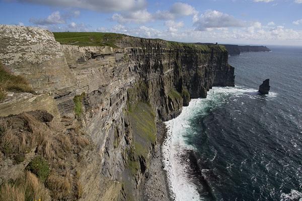 Photo de Looking south along the Cliffs of MoherCliffs of Moher - Irlande