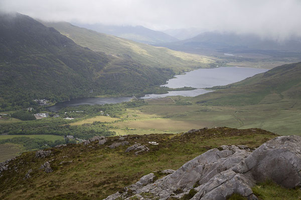 Photo de Kylemore Lough seen from the top of Diamond HillConnemara - Irlande