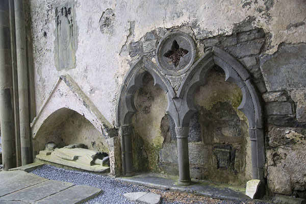 Photo de Wall with carved tomb effigy of King of Thomond, Conor O'Brien, slain in a mid-13th century battleCorcomroe Abbey - Irlande