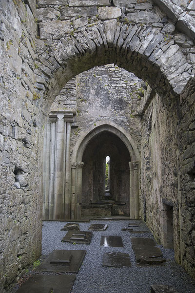 Aisle in the church of Corcomroe Abbey with tombs | Corcomroe Abbey | Irlanda