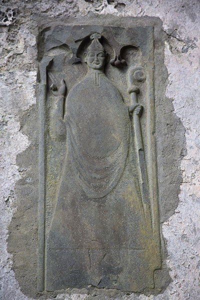 Foto van Sculpture of bishop on a wall of the churchCorcomroe Abbey - Ierland