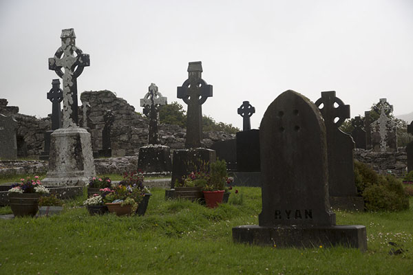 Foto van Cemetery with traditional crosses outside Corcomroe AbbeyCorcomroe Abbey - Ierland