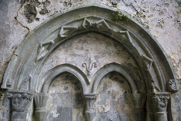 Foto di Detail of the wall of the church of Corcomroe Abbey with arches - Irlanda - Europa