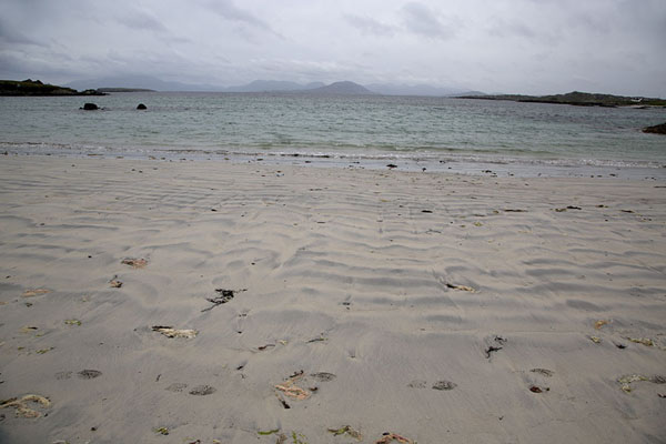 Foto van Beach on the east side of Inishbofin with the Connemara mountains in the backgroundInishbofin - Ierland