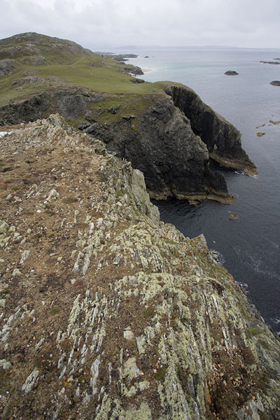 Foto de Cliffs of black rock rise abruptly from the AtlanticInishbofin - Irlanda
