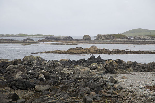 Photo de The rocky coastline of Inishbofin at low tideInishbofin - Irlande