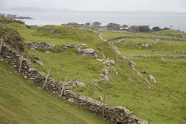 Foto van Walls criss-crossing through the landscape of InishbofinInishbofin - Ierland