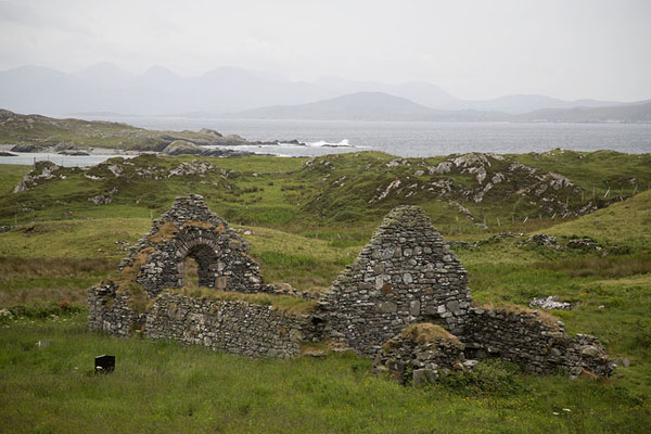 Foto van Ruins of church in St. Colmán's cemetery on the eastern side of the islandInishbofin - Ierland