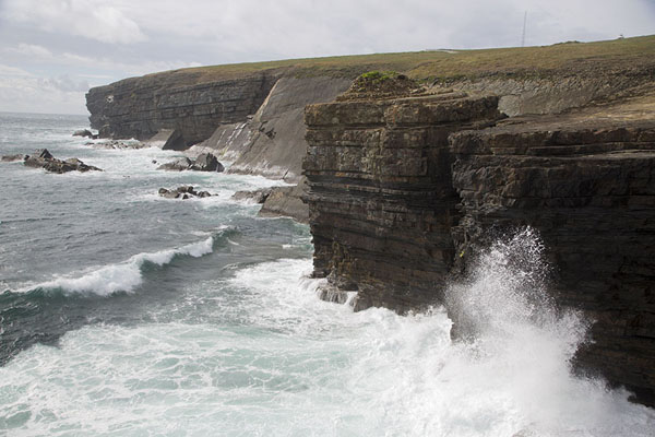 Photo de Irlande (The force of waves crashing against the layered cliffs near the tip of Loop Head peninsula)