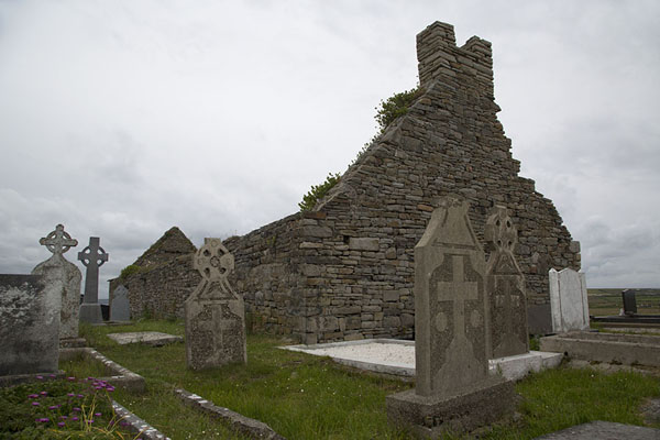 Photo de Ruins of a stone church in the middle of Loop Head peninsulaLoop Head - Irlande