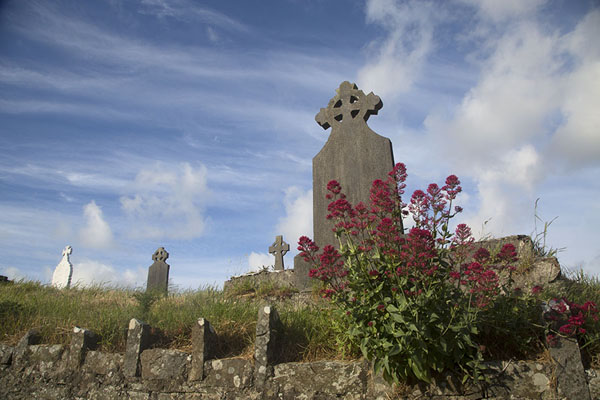 Foto van Traditional carved crosses on tombs at one of the small cemeteries on Loop Head peninsula - Ierland - Europa