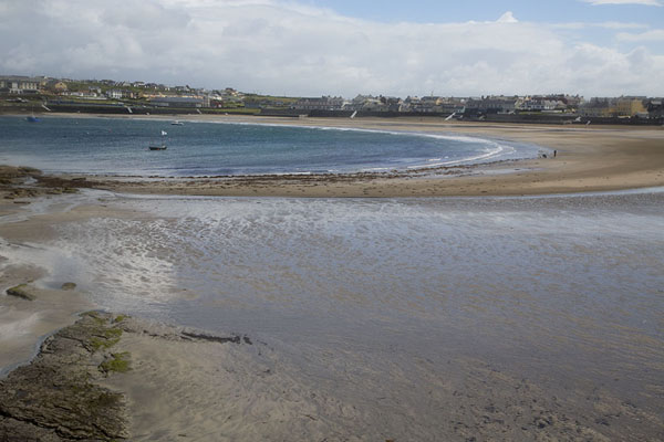 Foto van The bay of Kilkee at low tideLoop Head - Ierland