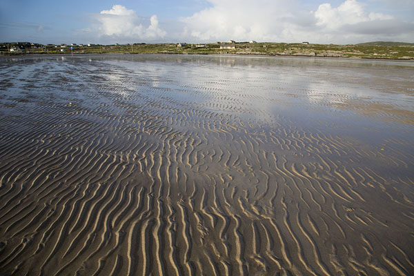 Foto van Low tide offers a possibility to walk to Omey Island - Ierland - Europa
