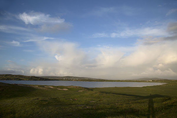 Foto di Clouds over Fahy Lake on Omey IslandOmey Island - Irlanda