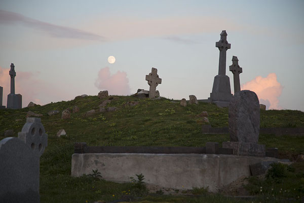 Foto de Looking up at some crosses at the tiny cemetery of Omey IslandOmey Island - Irlanda