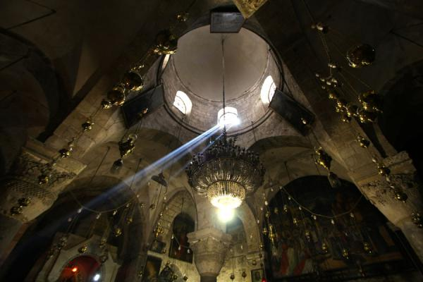 Photo de Rays of light seeping through the dark interior of the Church of St HelenaSaint Sépulchre - Israël