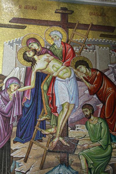 Foto di Detail of mosaic depiciting the taking off the cross of JesusChiesa del Santo Sepolcro - Israele