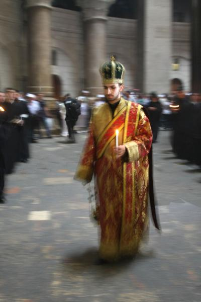 Foto di Orthodox priest floating through the rotundaChiesa del Santo Sepolcro - Israele
