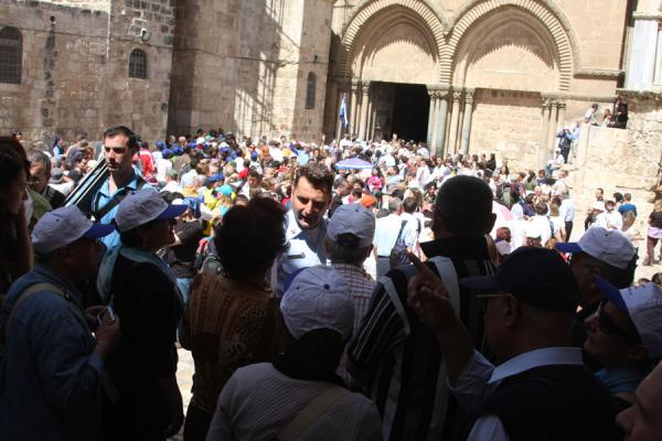 Foto de Crowd outside the entrance of the Church of the Holy Sepulchre - Israel - Asia