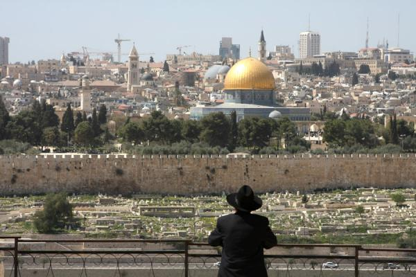 Foto van Jew looking out over the Moslim cemetery and Dome of the RockRotskoepel - Israël