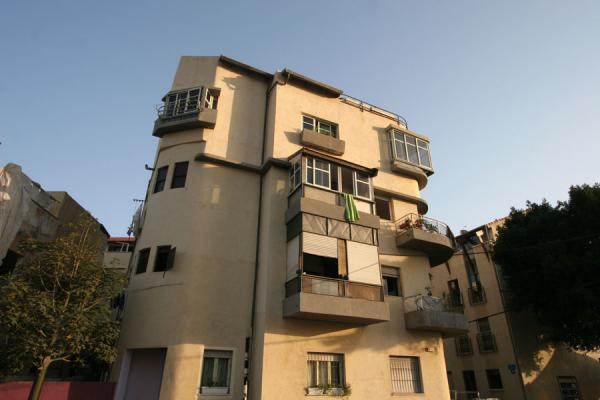 Photo de One of the many odd houses in Neve TzedekTel Aviv - Israël