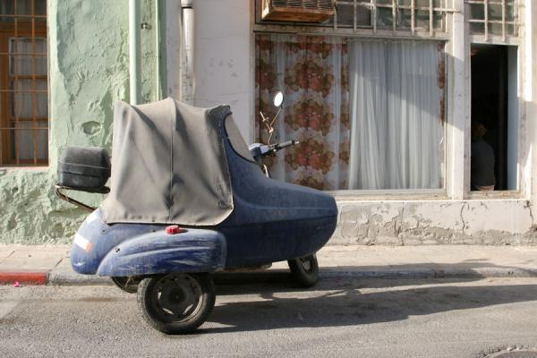 Photo de Old scooter parked in Neve TzedekTel Aviv - Israël