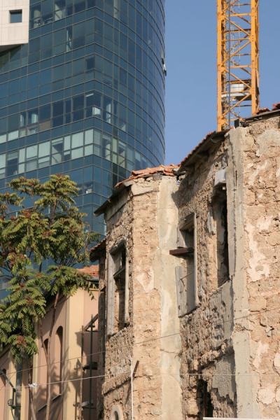 Photo de Old Neve Tzedek houses contrasting with skyscraperTel Aviv - Israël