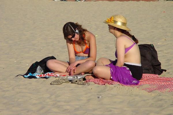 Foto di Two girls on the beach of Tel AvivTel Aviv - Israele