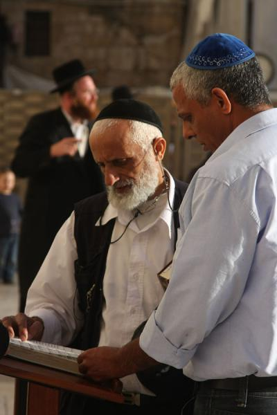 Photo de Talking about religious texts at the Western WallMur des Lamentations - Israël