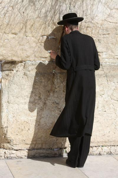 Foto de Traditionally dressed Jew at the Western WallMuro de las Lamentaciones - Israel