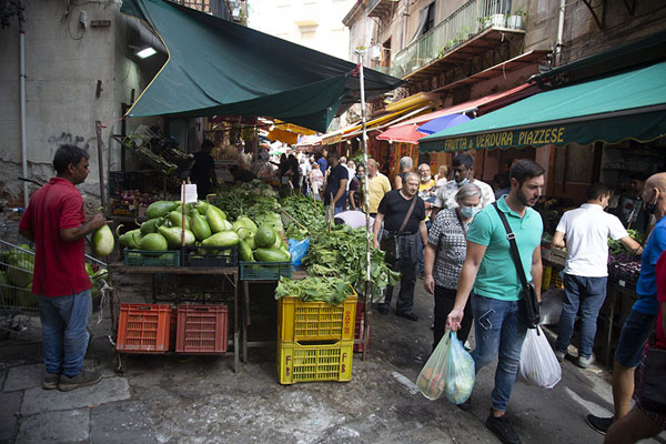 Foto de The market of Ballarò in Albergheria, one of the medieval quarters of Palermo - Italia - Europa