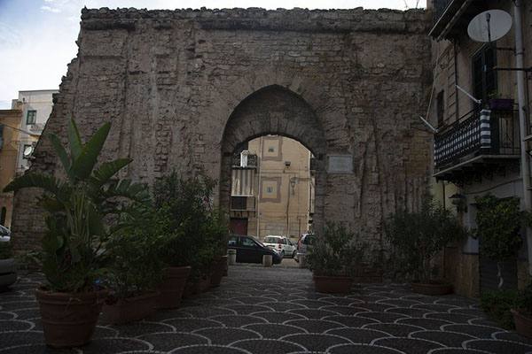 One of the old city gates, the Porta Sant'Agata, in Albergheria | Albergheria | Italië