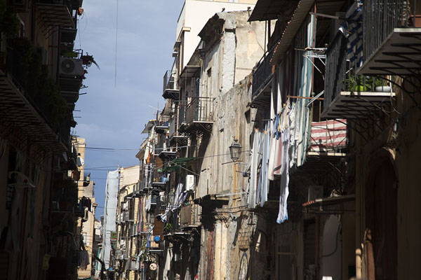 Laundry hanging from balconies in a street of Albergheria neighbourhood | Albergheria | l'Italie