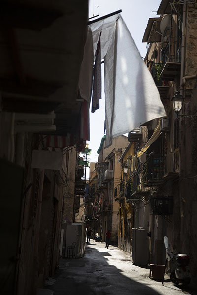 Laundry hanging to dry in a street in Albergheria | Albergheria | 意大利